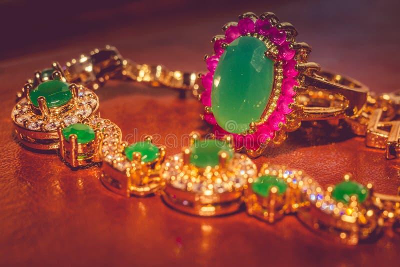 有被过滤的绿宝石的金黄镯子 免版税库存照片
