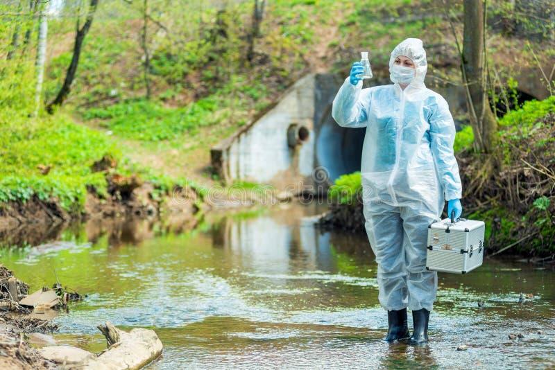 有被采集的水样品的生态学家 免版税库存照片