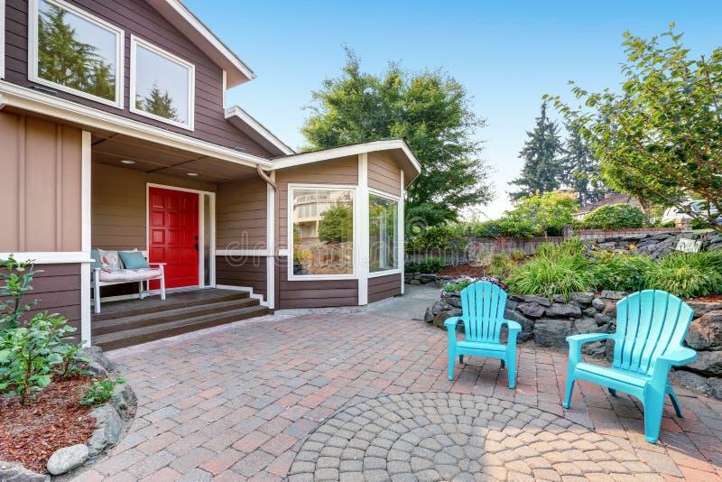 有被铺的砖露台的郊区住宅豪华房子 免版税库存照片