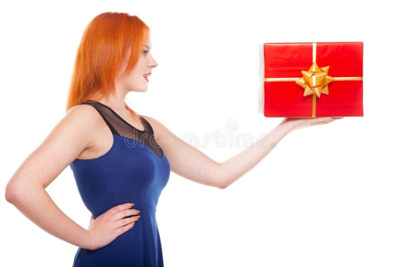 有被隔绝的礼物盒的年轻愉快的红发妇女 库存照片