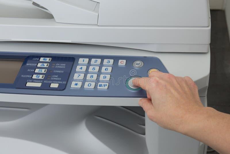 有被隔绝的运转的影印机的妇女的手 库存照片