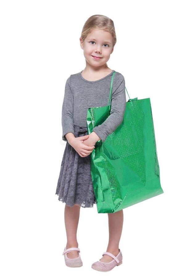 有被隔绝的购物袋的美丽的小女孩 免版税库存照片
