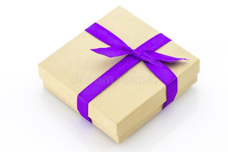 有被隔绝的紫色丝带的被包裹的葡萄酒礼物盒 库存图片
