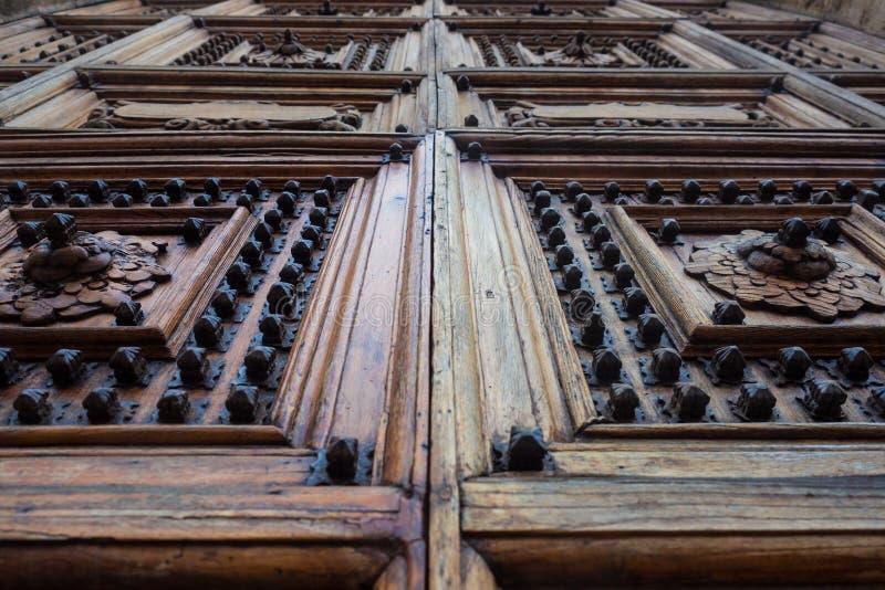 有被雕刻的木门的中世纪宫殿 库存照片