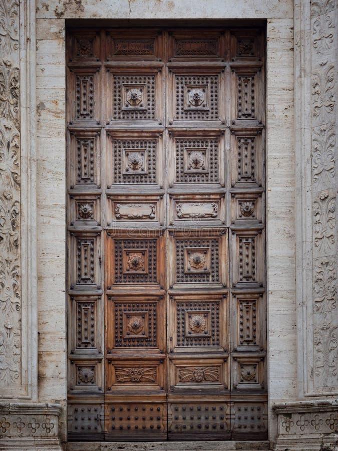 有被雕刻的木门的中世纪宫殿 图库摄影