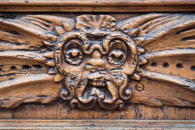 有被雕刻的木门的中世纪宫殿 免版税库存照片