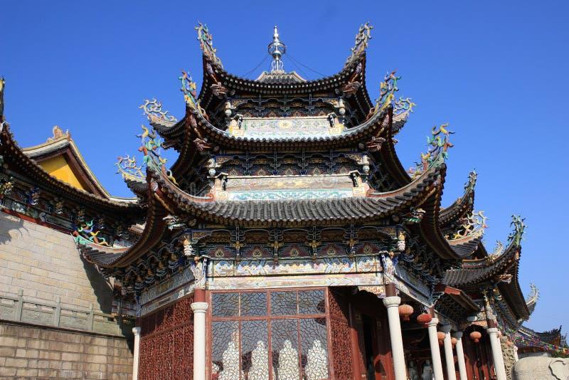 有被雕刻的样式的一个五颜六色的寺庙屋顶 库存图片