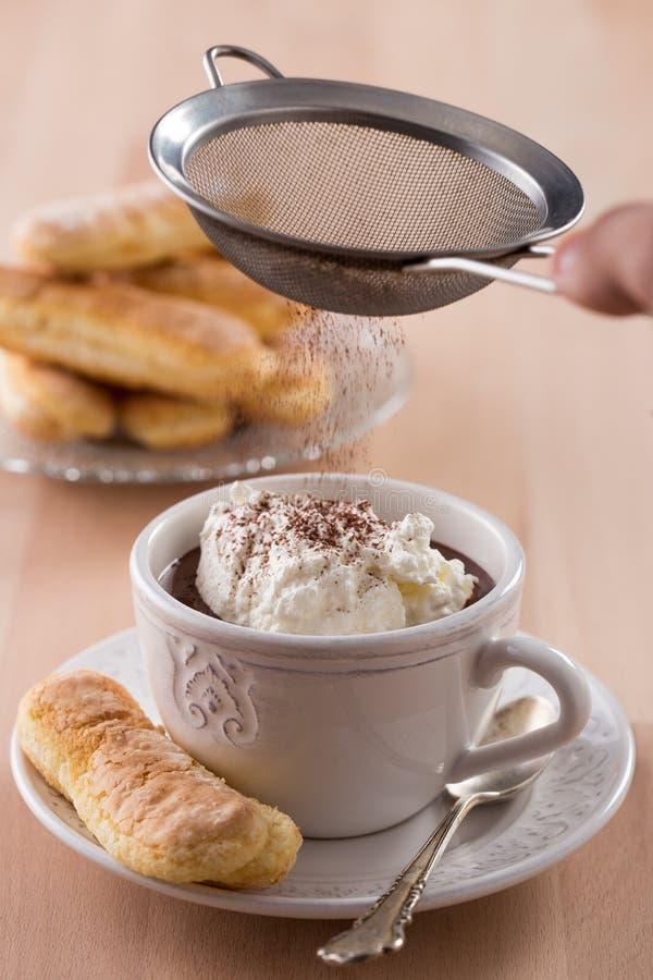 有被鞭打的奶油和松脆饼的巧克力杯子 免版税库存照片
