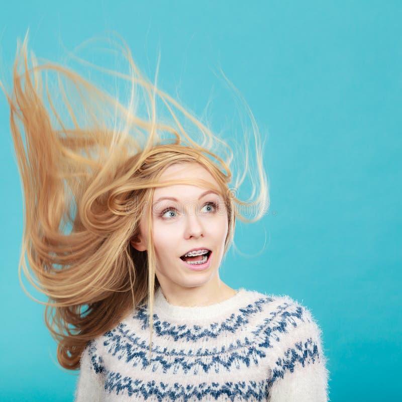 有被风吹金发的疯狂的白肤金发的妇女 库存照片