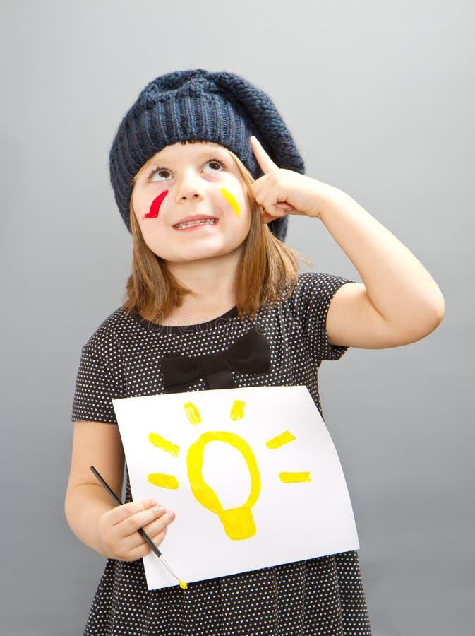 有被绘的电灯泡的一个愉快的小女孩;好想法的概念 库存图片