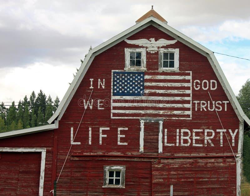 有被绘的美国国旗的红色谷仓 免版税库存照片