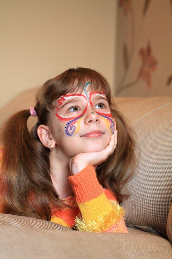 有被绘的表面的愉快的女孩 免版税库存图片