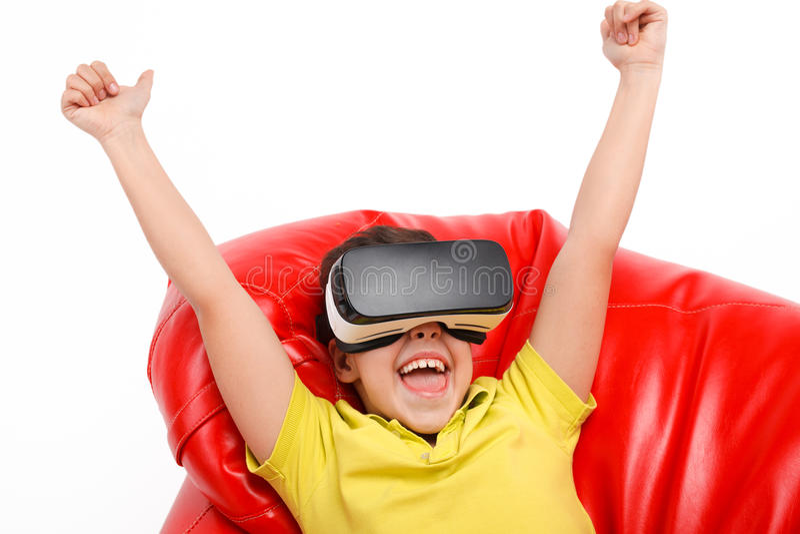 有装豆子小布袋的椅子的孩子VR经验 免版税库存照片