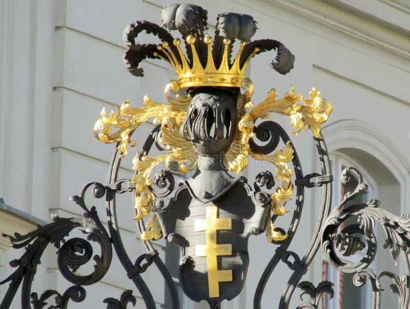 有装饰品和冠的金属篱芭 免版税库存图片