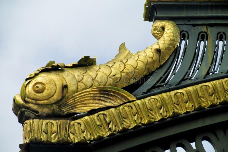 有装饰品和鱼形象的金属篱芭 图库摄影