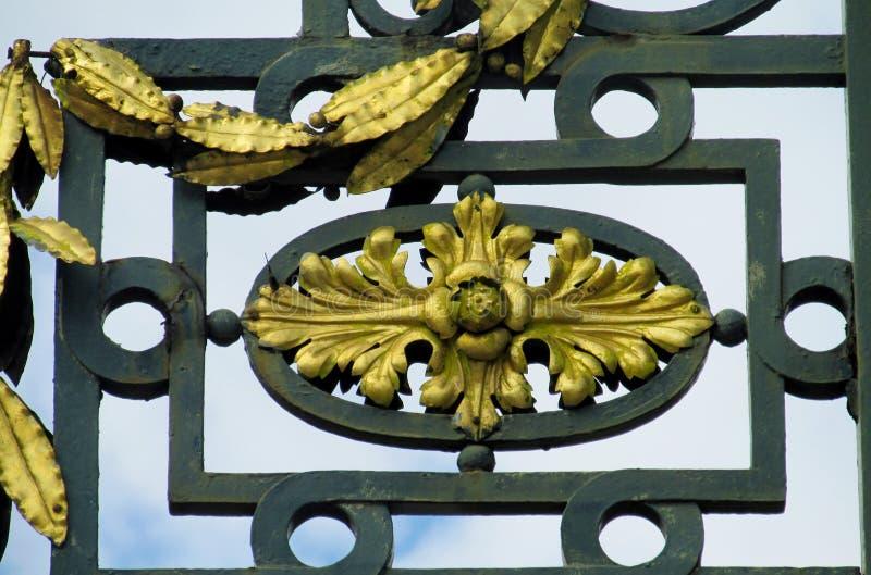 有装饰品的金属篱芭 免版税库存图片