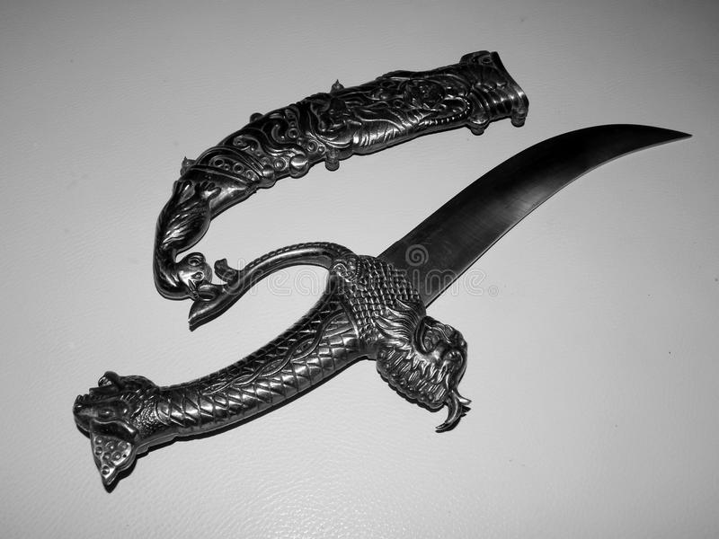 有装饰把柄的古老匕首 库存图片