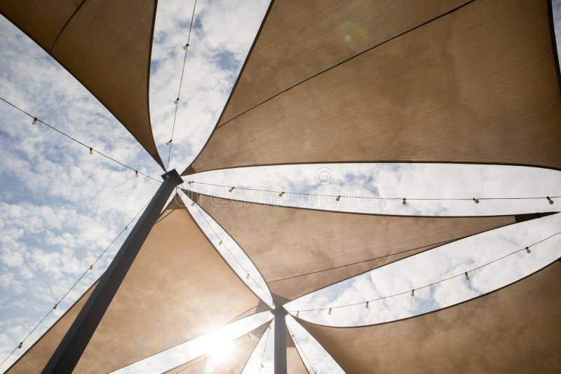有装饰电灯泡的帆布帐篷在阴天 库存图片