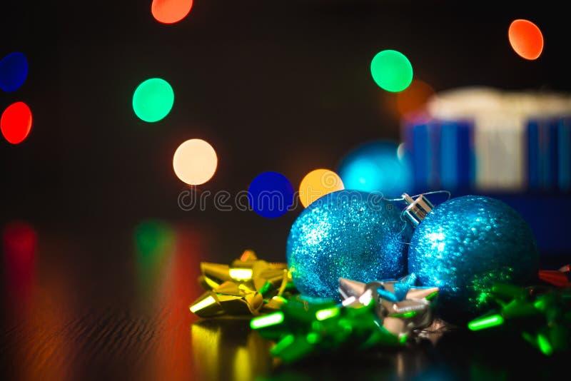 有装饰的圣诞节新年当前礼物盒在桌上 免版税库存图片