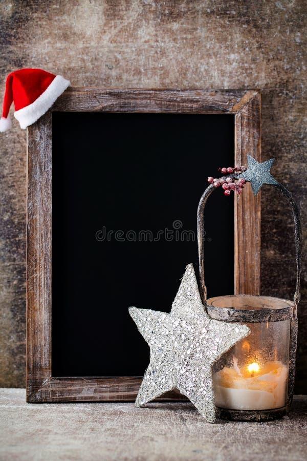 有装饰的圣诞节黑板 圣诞老人帽子,星,木 库存图片