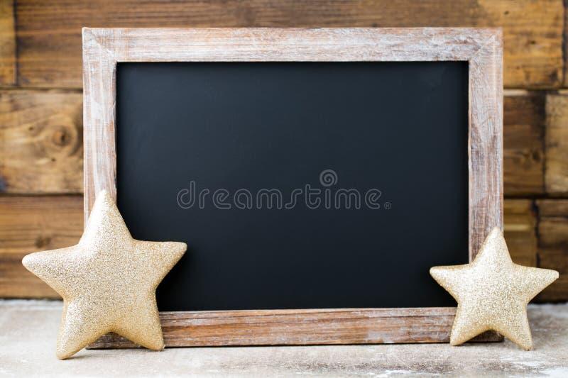 有装饰的圣诞节黑板 圣诞老人帽子,星,木 图库摄影