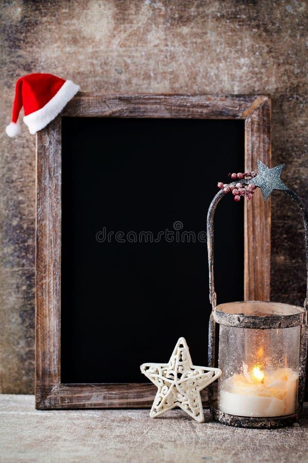 有装饰的圣诞节黑板 圣诞老人帽子,星,木 免版税库存照片