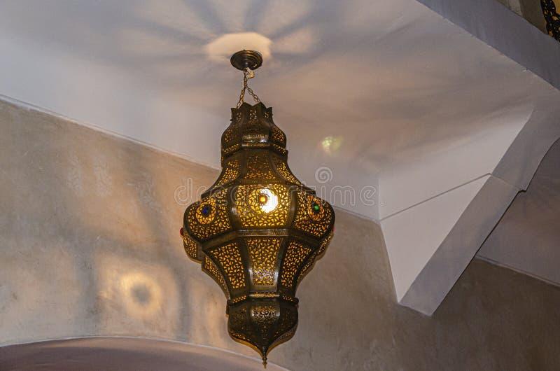 有装饰的阿拉伯天花板灯 马拉喀什摩洛哥 免版税库存照片
