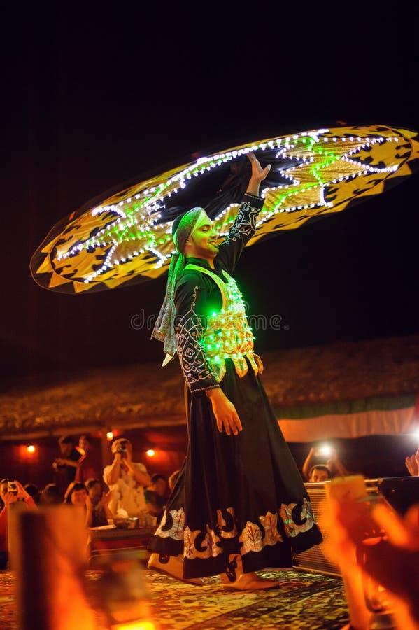 有裙子的一个人跳舞的迪拜 免版税库存图片