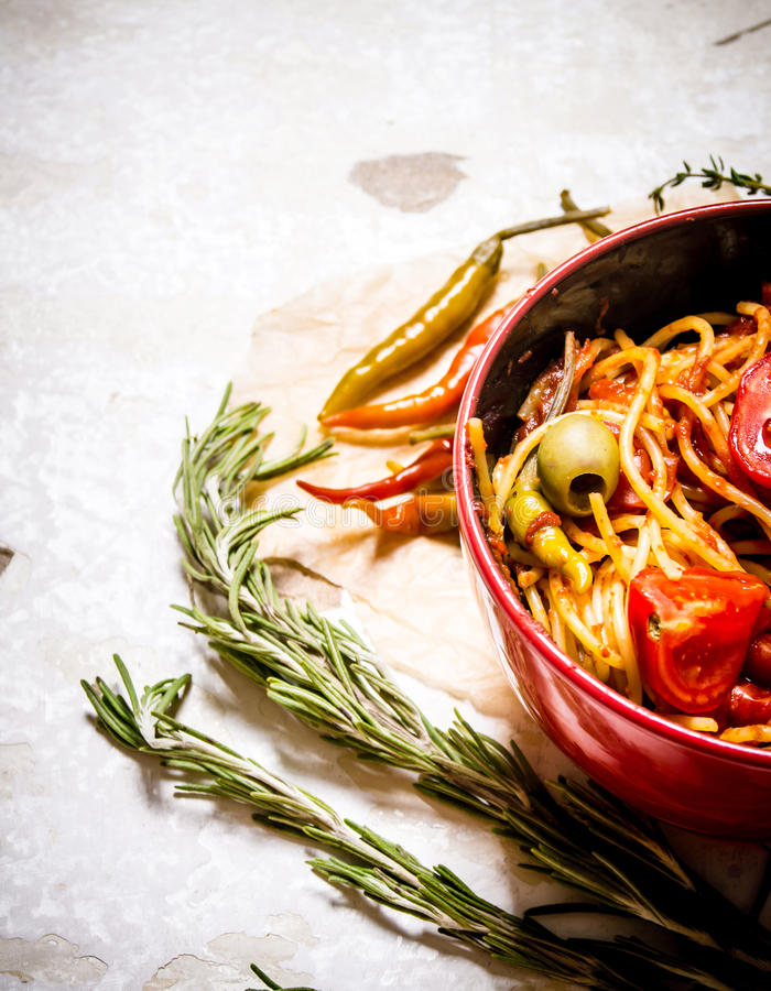 有西红柿酱、草本和胡椒的意粉 库存图片