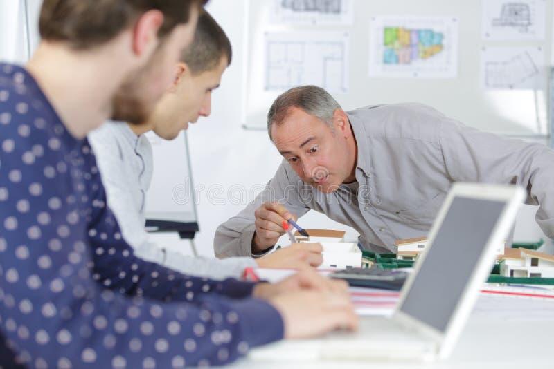 有见面的图纸的小组学生户内 免版税库存照片