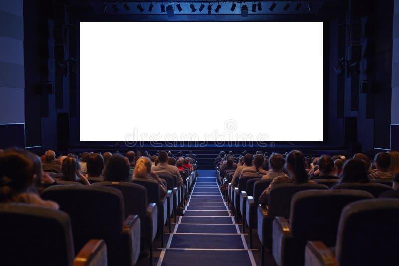 有观众的空的戏院屏幕。 库存图片