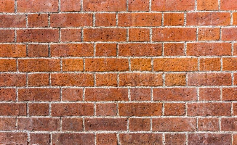 有规则红色和橙色石头的砖墙 免版税库存图片