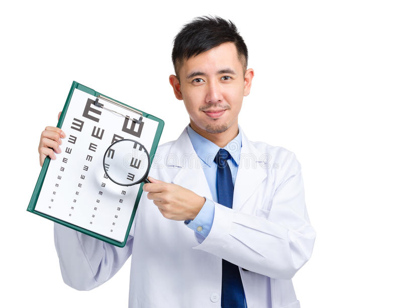 有视力检查表和放大镜的医生举行 免版税图库摄影