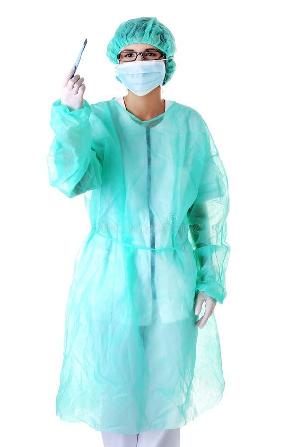 有解剖刀的女性医生 免版税库存照片