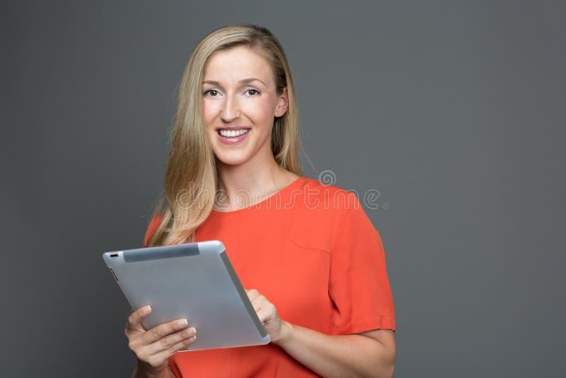 有触摸屏幕片剂的妇女 免版税库存照片