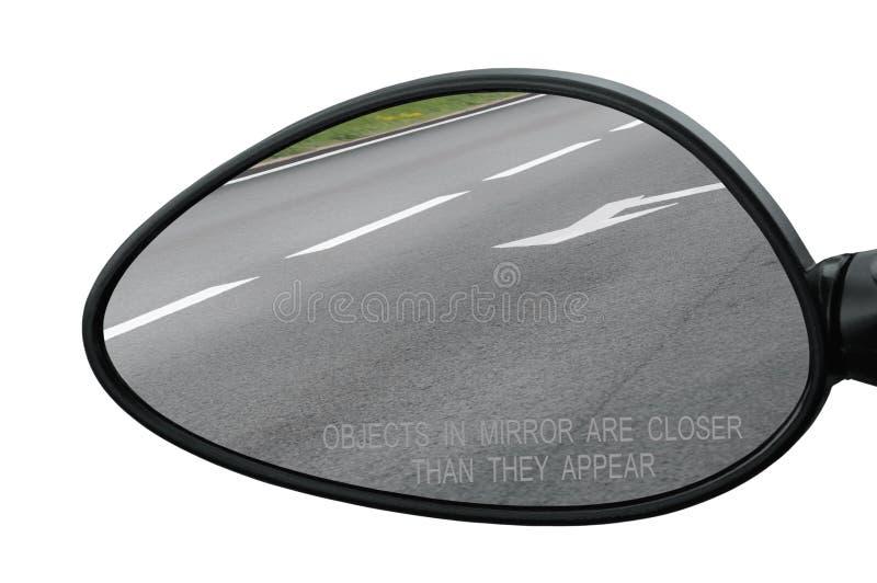 有警告文本对象的后视镜在镜子比他们出现,隔绝接近 免版税库存照片