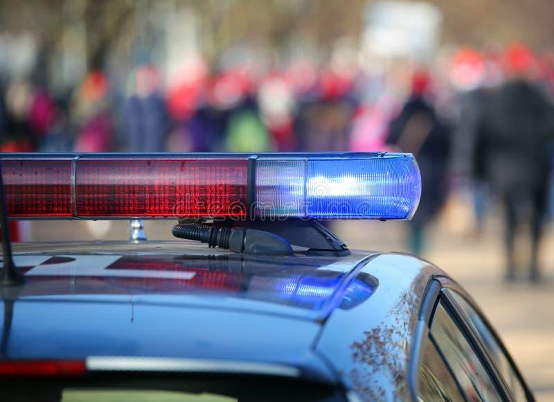 有警报器的警车点燃了在起义期间通过stre 免版税库存图片