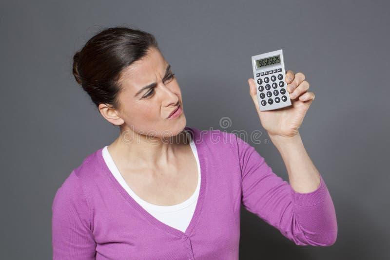 有计算器的女商人 库存图片