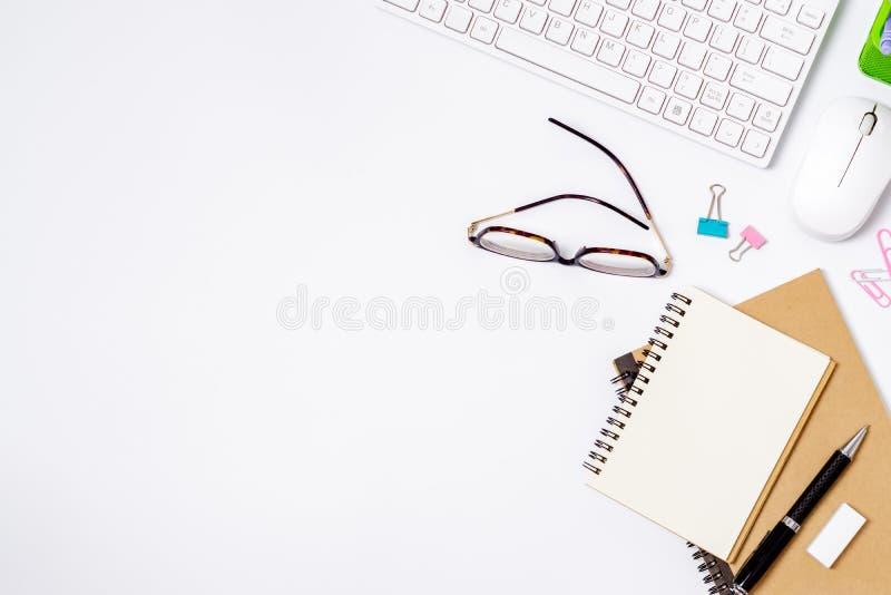 有计算机和供应的白色办公桌 桌面 E 库存图片