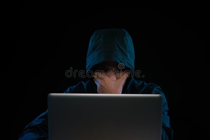 有计算机数据偷窃的黑客在社会世界 免版税库存照片