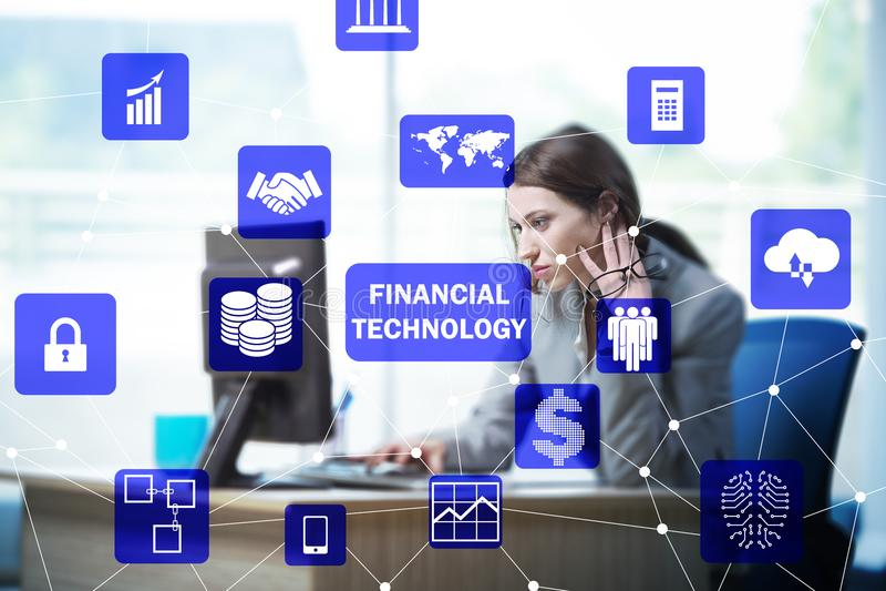 有计算机的女实业家在浓缩财政技术的fintech 免版税库存图片