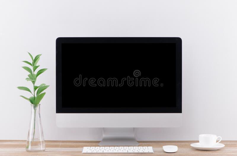 有计算机的工作场所在桌上在现代屋子里 免版税图库摄影