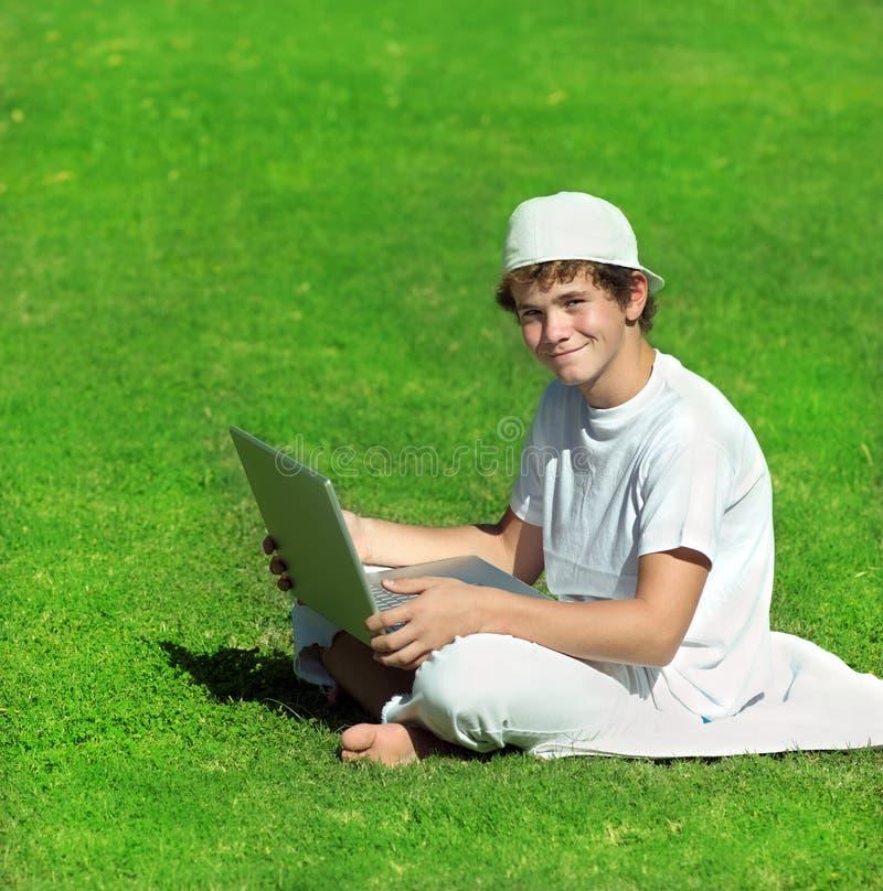 有计算机的男孩 库存图片