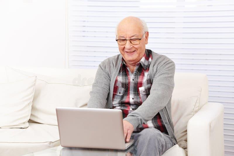 有计算机的老人 免版税库存照片