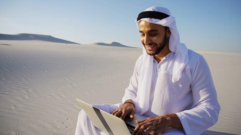 有计算机的p Emirati阿拉伯阿拉伯联合酋长国回教族长专业设计师 库存图片