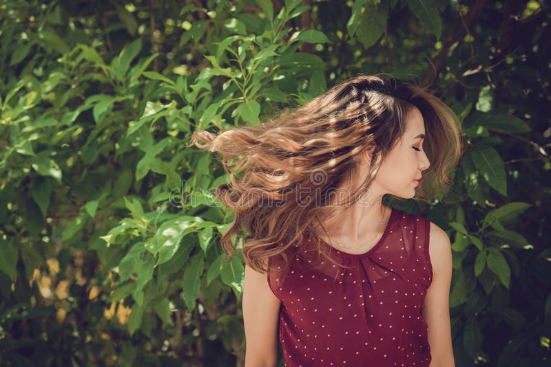 有讨人喜欢的头发的女孩 免版税库存图片