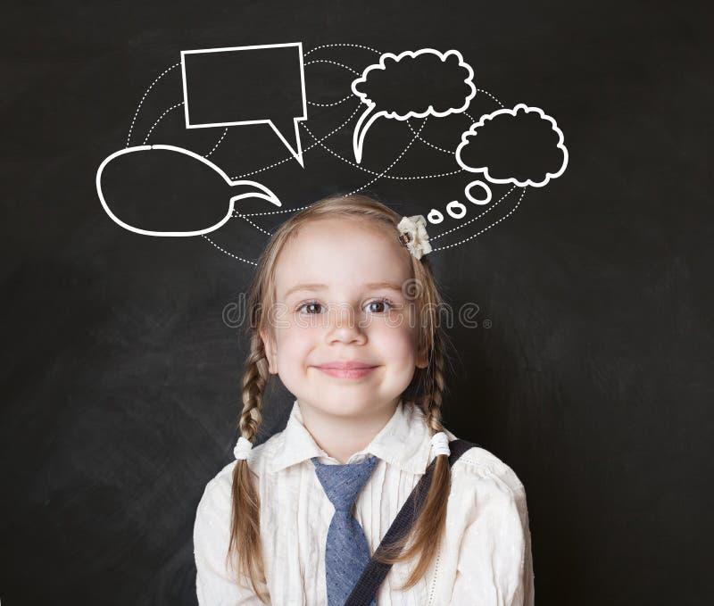 有讲话的愉快的小女孩学生覆盖粉笔画 库存图片
