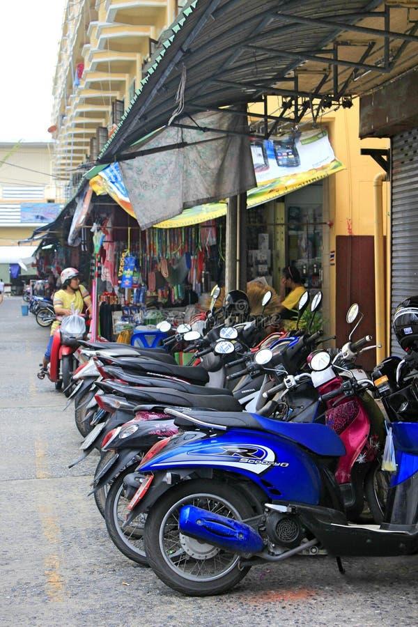 有许多停放的摩托车的街道在亚洲镇 库存照片