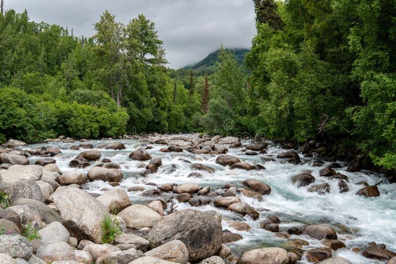有许多大岩石和冰砾的一点Susitna河沿阿拉斯加` s海切尔山口 免版税库存图片