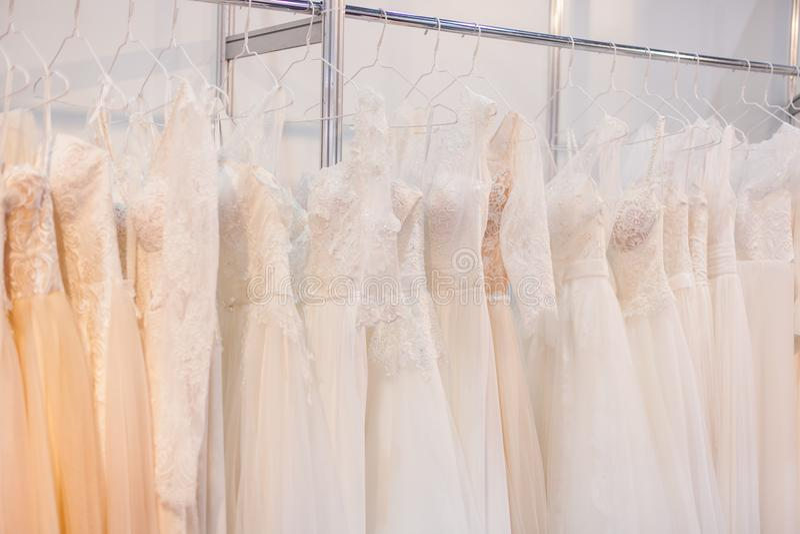 有许多婚礼礼服的机架 库存图片
